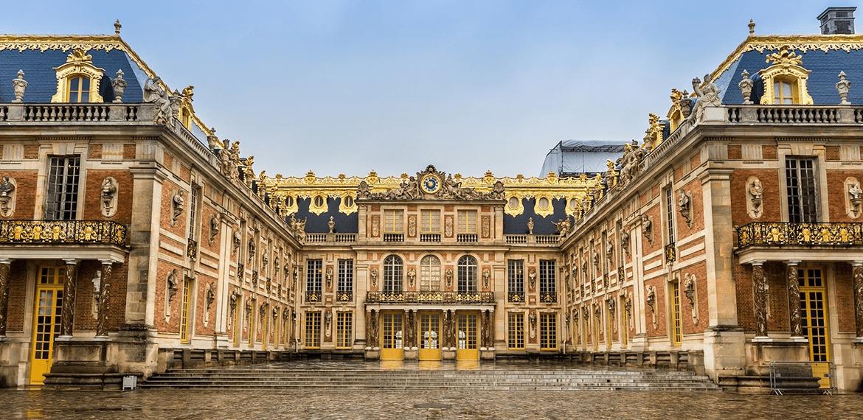 Trois meubles incontournables du Château de Versailles