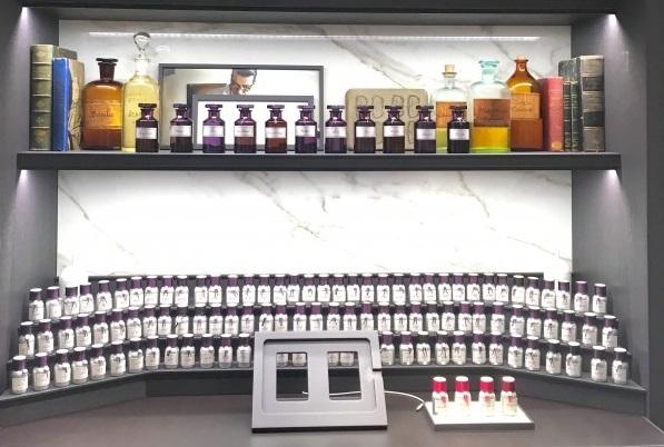 L'orgue à parfum digitale de la boutique Guerlain
